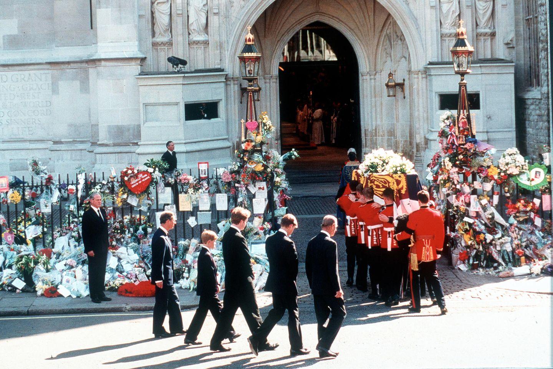 Dianas Sarg kommt an der Westminster Abbey an. 2000 Menschen haben sich dort für den Trauergottesdienst versammelt; unter ihnen Familienmitglieder und Freunde Dianas sowieStaatsoberhäupter, Politikerund internationale Berühmtheiten. 70 Minuten, von 11 Uhr bis 12.10 Uhr Londoner-Zeit, dauert die Abschiedszeremonie.