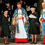 """Vom Palast aus machen sich die Royals auf zur nahe gelegenen Westminster Abbey. Dort warten Queen Mum und Queen Elizabeth auf den Beginn des Gottesdienstes. Am Tag zuvor hat die Queen ihre verstorbene Schwiegertochter in einer öffentliche Rede mit den Worten gehuldigt: """"Ich habe sie bewundert und respektiert - für ihre Energie und ihr Engagement für andere und besonders für ihre Hingabe an ihre beiden Jungen."""""""