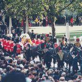 Der Wunsch der Familie Spencer und auch der Queen war es gewesen, Dianas Trauerfeier privat abzuhalten. Doch am Ende war das Ausmaß der öffentlichen Anteilnahme zu gewaltig, um diesen Plan umzusetzen.Dianas Trauerfeier und Beerdigung waren jedochkein Staatsbegräbnis, sondern eine Zeremonie nach royalem Protokoll. Als Vorlage diente ein Trauerfeierplan, der für Queen Mum entwickelt wurde.