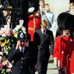 """6. September 1997. Prinz William tritt den schwersten Gang seines Lebens an - den hinter dem Sarg seiner Mutter. """"Es war keine einfache Entscheidung undeinkollektiver Familienbeschluss, eszu tun. Es war eines der schwierigsten Dinge, die ich jemals gemacht habe. Aber wir waren überwältigt, wie viele Leute gekommen waren. Es war einfach unglaublich"""", erinnert sich William 2017 in der """"BBC""""-Dokumentation """"Diana, 7 Days""""."""