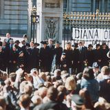 Die britische Königsfamilie steht vor dem Buckingham Palast bereit, um Diana ihren Tribut zu zollen. Was im Moment dieser Aufnahme keiner weiß: Queen Elizabeth würde vor dem vorbeifahrenden Sarg ihren Kopf verneigen. Eine außergewöhnliche Geste des Respekts, denn laut royalem Protokoll muss die Queen als Oberhaupt der Familie Windsorvor nichts und niemandem ihren Kopf verneigen.