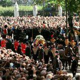 Eine Millionen Zuschauer haben sich am Wegesrand versammelt. Die TV-Berichterstattung über die Trauerfeierwird von 31 Millionen Menschen im Vereinigten Königreich verfolgt, was sie dort bis heute zur meistgesehenen Live-Sendung aller Zeiten macht. Weltweit saßen 2,5 Milliarden Menschen vor den Bildschirmen.