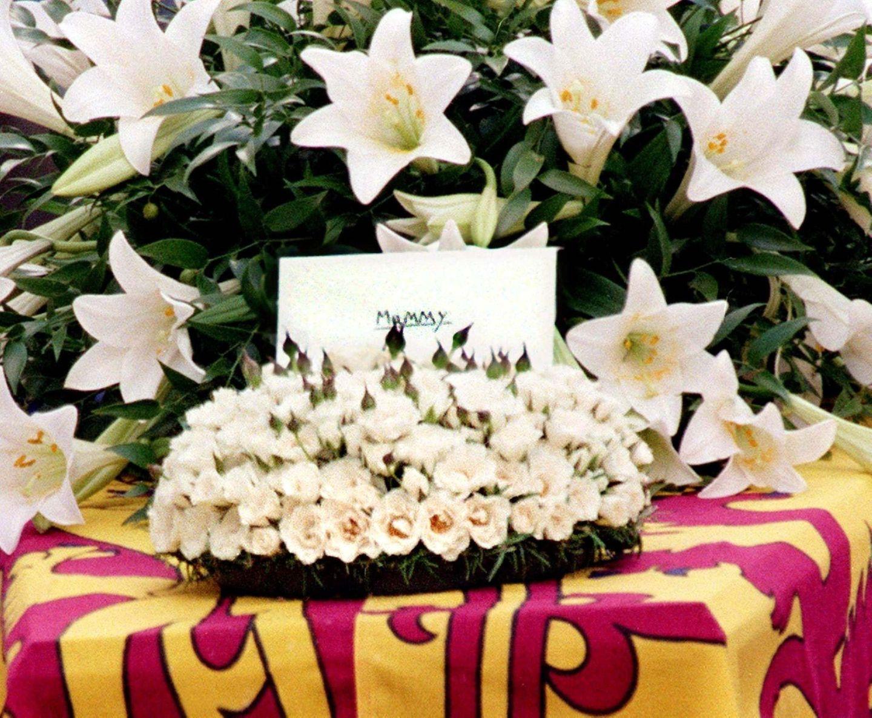 """In einem Blumenbouquet auf dem Sarg steckt ein Brief, den Harry und William ihrer Mutter mit auf ihre letzte Reise geben. """"Mummy"""" steht in Großbuchstaben auf dem Umschlag. Ein Detail, dass Beobachtern besonders zu Herzen geht."""