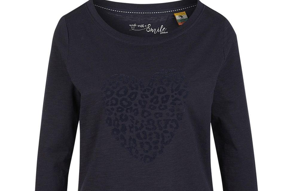 Nachhaltige Basics, wie das Shirt von s.Oliver, sind Must-Haves für trend- und umweltbewusste Fashionistas. Kollegin Lara findet: Gut für den Style, noch besser fürs Gewissen.