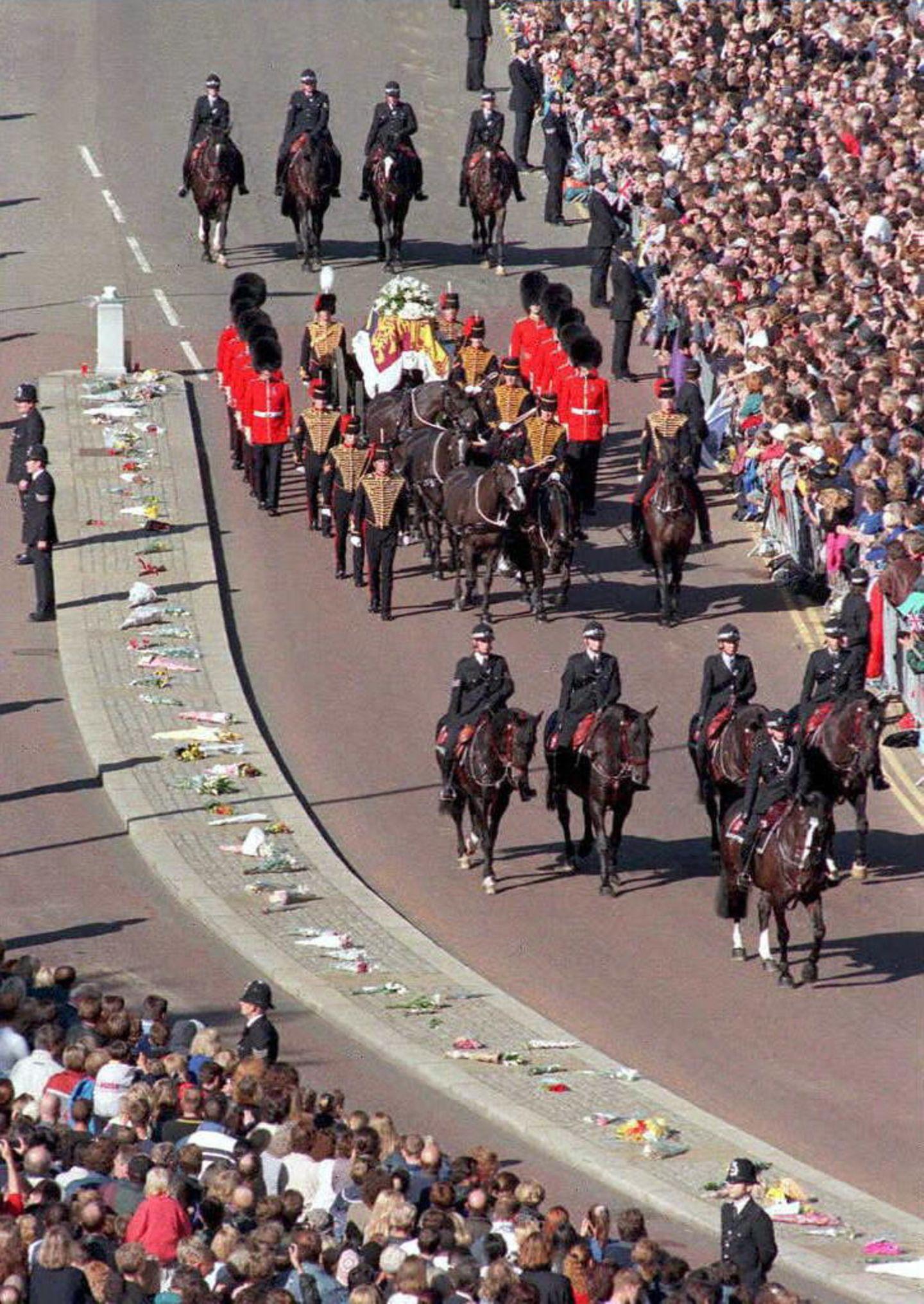 """Dianas Sarg ist auf eine sogenannte """"Gun Carriage""""gesetzt worden, die von der königlichen Artillerie gezogen wird. Eine Millionen Menschen säumen den Wegesrand."""