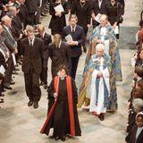 """Der anglikanische Gottesdienst wirdmit der Nationalhymne """"God Save the Queen"""" eröffnet. Während der anschließenden Zeremonie werden Stücke von Johann Sebastian Bach, Giuseppe Verdi und anderen Komponisten gespielt. Dianas Bruder Charles hält eine Rede, in der er sowohl die königliche Familie als auch die Presse für ihre Behandlung seiner Schwester zurechtweist. """"Es ist wichtig, sich daran zu erinnern, dass von allen Ironien über Diana diese vielleicht die größte war:Ein Mädchen, das den Namen einer antiken Jagdgöttin trägt, war am Ende die am meisten gejagte Person der Neuzeit."""""""