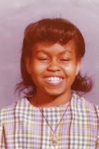 Michelle Obama  Michelle Obama teilt ein süßes Foto aus ihren frühen Schultagenin Chicago. Ponyfransen fallen ihr ins Gesicht, und schon damals hat sie ein fröhliches, ansteckendes Lachen. Damals ahnt sie noch nicht, dass sie einmal die First Lady der Vereinigten Staaten von Amerika werden sollte.