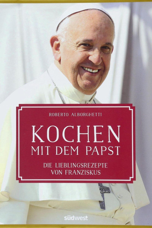 """Papst Franziskus hat nicht nur ein Diplom zum Lebensmittelchemiker gemacht, sondern auch immer gern gekocht. Biograf Roberto Alborghetti hat die Lieblingsrezepte des Pontifex zusammengetragen und mit familiären Anekdoten gespickt. (""""Kochen mit dem Papst"""", Südwest Verlag, 208 S., 25 Euro)"""