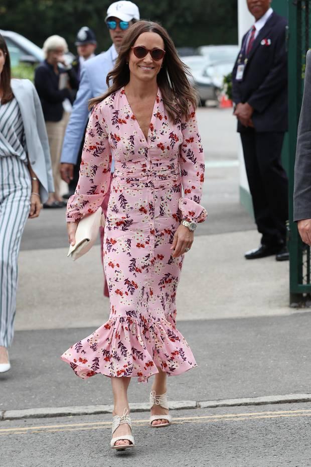 Beim Wimbledon Tennis-Turnier verzaubert Pippa Middleton in einem besonders hübschen Kleid mit floralem Print. Das leicht körperbetont geschnitteneKleid des norwegischen Designerlabels byTiMo öffnet sich unten am Knöchel, wodurch eine Art Meerjungfrau-Silhouette entsteht.