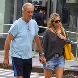 Schauspielerin Sienna Miller hat ein enges Verhältnis zu ihrem Vater Edwin, der sie auch oft zu offiziellen Anlässen begleitet. Hier schlendern die beiden vertraut durch New York City.