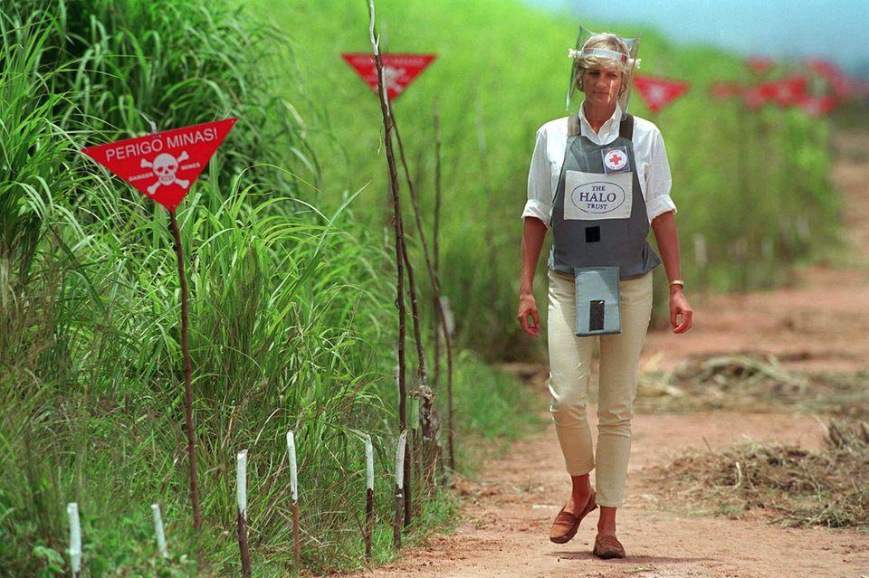 Es ist eines der legendärsten Fotos von Prinzessin Diana: Am 15. Januar 1997 läuft sieüber ein Minenfeld nahe der angolanischen Stadt Huambo.