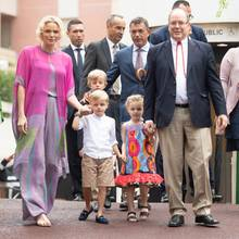 Zum traditionellen monegassischen Sommerpicknick erscheinen Fürstin Charlène und Fürst Albert mit den Zwillingen, die ganz schön groß geworden sind! An den Händen von Mama und Papa schauen sie etwas schüchtern. Fürstin Charlène hingegen zieht in ihrem farbenfrohen Outfit selbstbewusst alle Blicke auf sich.