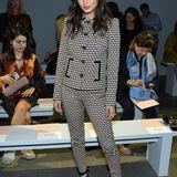Auch Jamie Chung besucht die New Yorker Fashion Week und zählt in ihrem gemusterten Zweiteiler zu den stylischen Gästen der Show von Elie Tahari.