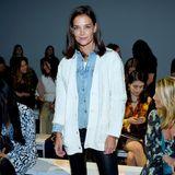 Katie Holmes ist ein gern gesehener Gast auf der New Yorker Modewoche. Für die Show von Elie Tahari wählt sie einen unaufgeregten Look bestehend aus schwarzer Hose, Jeanshemd und Strickcardigan.