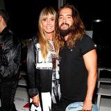 Während Heidi auf einen coolen Schwarz-Weiß-Look des Designers setzt, erscheint Ehemann Tom ganz lässig in Shirt, Jeans und mit Converse-Sneakers.