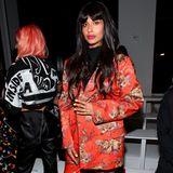 Jameela Jamil zierte gerade erst das Cover der britischen Vogue - natürlich ist sie auch während der New Yorker Fashion Week unter den Gästen und besucht in einem auffälligen Look die Show von Jeremy Scott.