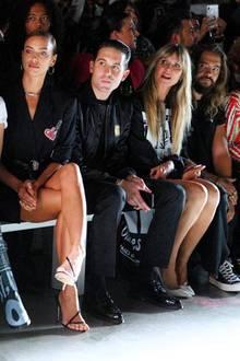 Die Promidichte der New Yorker Fashion Week ist hoch. In der Front Row bei Jeremy Scott nehmen unter anderem Gigi Hadid, Irina Shayk, Musiker G-Eazy, Heidi Klum und Tom Kaulitz Platz.