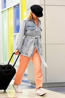 Mit diesem 80s-Look kann sich Scarlett Johansson am JFK-Flughafen in New York bestimmt nicht verstecken. Der lachsfarbene Jumpsuitund die helleJeansjacke mitweißen Chucks sind nicht zu übersehen, da hilft auch die tief ins Gesicht gezogene Schiebermütze nicht viel.