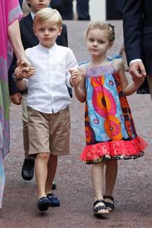 Während Jacques, der seiner Mutter immer ähnlicher sieht, ein schickes weißes Hemd, eine beige Shorts und elegante Loafers trägt, wurde Gabriella in ein buntes Kleidchen mit Schleifen gekleidet.