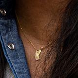 Immer wieder spielte Meghan an den goldenen Anhängern ihres Kettchens von Mini Mini Jewels (Kostenpunkt rund 140 Euro)herum. Das kleine goldene Plättchen wird von einem Diamanten geziert und hat den Buchstaben H eingraviert. Auf dem anderen Plättchen soll laut Statement des Labels ein M sein.