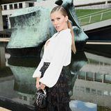 Victoria Swarovski kommt bei Longchamp an und posiert in einem eleganten Schwarz-Weiß-Look für die Fotografen.