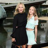 Kate Moss nimmt ihre Tochter Lila Grace mit zur Show von Longchamp. Die überragt ihre Mutter eigentlich mittlerweile, der Absatz von ihren Stiefeletten lässt jedoch Mama Kate größer sein.