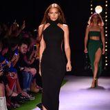 Für Irina Shayk ist die New Yorker Modewoche ein Heimspiel. Auf dem Laufsteg von Brandon Maxwell präsentiert sie eine klassische, schwarze Robe.