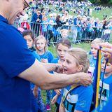 Puuh, geschafft! Wie alle Kinder bekommt auch Prinzessin Estelle von ihrem Vater die Medaille überreicht.