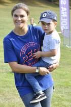 Kronprinzessin Victoria undSöhnchen Oscarsind beim Generation-Pep-Tag und Prinz-Daniel-Lauf in Stockholmlässig unterwegs.