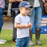 Shirt, Skinny-Jeans, Vans-Sneaker und dazu eine Cap mit dem Anfangsbuchstaben seines Namens – Prinz Oscar ist schon jetzt ein echter Fashion-Profi.