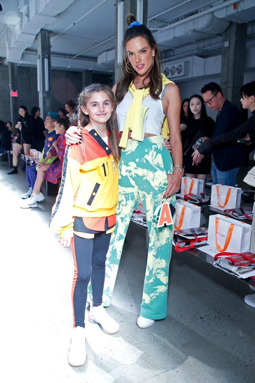 Was für ein sportliches Duo: Victoria's Secret Model Alessandra Ambrosio posiert mit ihrer elfjährigen Tochter Anja in Crop-Top und weit-geschnittener Gummizughose auf der Fashion Week in New York. Auch Anja mag es in Sachen Mode lässig.