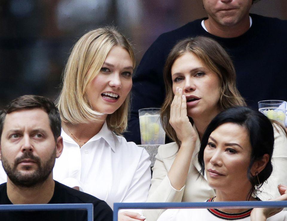 Supermodel Karlie Kloss verfolgt mit einer Freundin dasspannende Match der Herren Nadal und Medwedew.