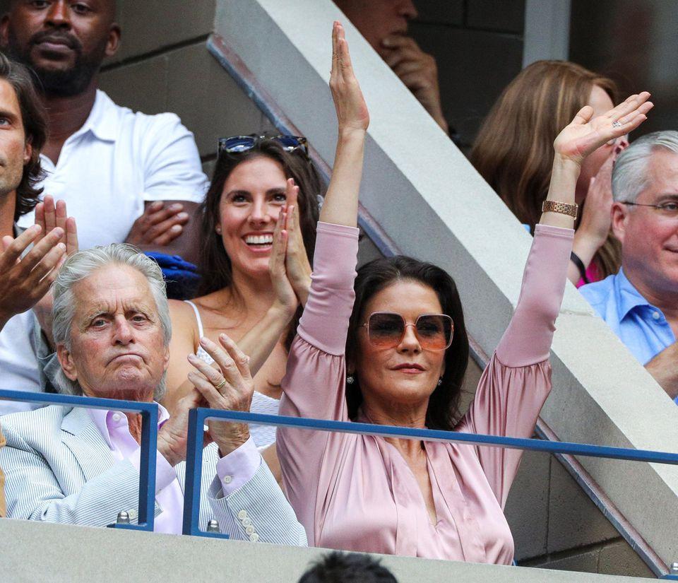 Auch Michael Douglas und Catherine Zeta Jones verfolgen begeistert die US-Open-Endpartie.