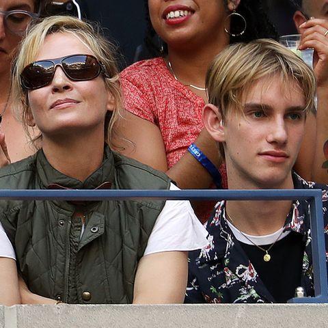 Hollywood-Star Uma Thurman verfolgt das Endspiel der US Open zwischen Rafael Nadal und Daniil Medvedew im Arthur Ashe Stadion. Derjunge Mann an ihrer Seite ist nicht irgendwer, sondern ihrSohn Levon aus ihrer Ehe mit Ethan Hawke.