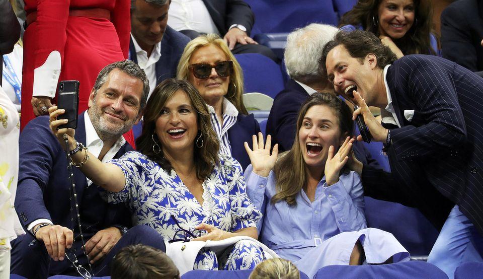 Das Schauspieler-PaarPeter Hermann und Mariska Hargitay posiert mit den GeschwisternDylan und David Lauren gut gelaunt für ein Selfie während des Finales.