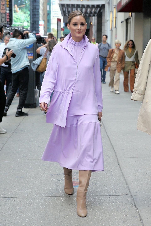 Ihr liegt Fashion in den Genen: Olivia Palermo setzt bei der New Yorker Fashion Week alles auf eine (Farb-)Karte. In einem fliederfarbenen Zweiteiler mit Boots in Creme besucht sie die Tory Burch Show.