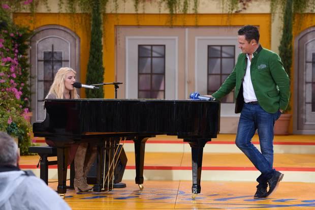 """Johanna Mross performt """"Angels"""" von Robbie Williams für Papa Stefan."""