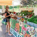 """""""Ich liebe all die lokalen Bauern mit ihrem Gemüse und Obst in Bio-Qualität!"""", schwärmt Alessandra Meyer-Wölden und teilt diesen Schnappschuss auf Instagram. Vor einem prall gefüllten Marktstand in Southampton, New York, hat sie die Qual der Wahl."""