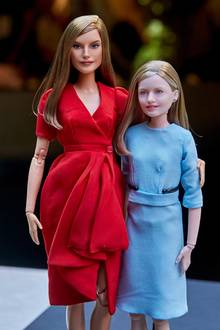 """Königlicher """"Nachwuchs"""" wurdeauf der """"Madrid Fashion Doll Show"""" vorgestellt:Königin Letizia und Tochter Prinzessin Leonor gibt es nun im """"Barbie""""-Format. Einen ganz so eleganten Auftritt wie die Originale können die beiden Plastik-Damen dann aber doch nicht hinlegen."""