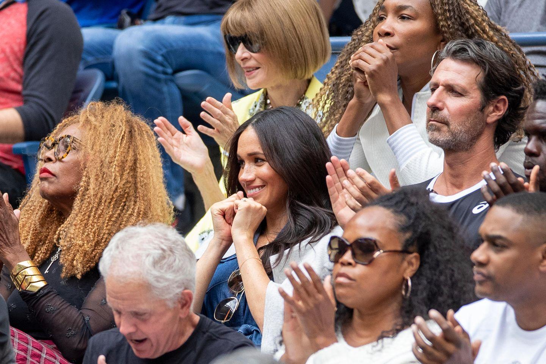 Herzogin Meghan befindet sich in bester VIP-Gesellschaft beimUS Open Tennisturnier in New York. Gemeinsam mit anderen prominenten Gästen verfolgt sie aufgeregt das Endspiel ihrer Freundin Serena Williams gegenBianca Andreescu.