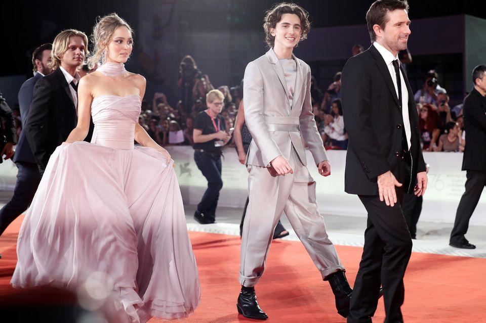 """Lily-Rose Depp und Timothée Chalamet mit Regisseur David Michod bei der Premiere von """"The King"""" in Venedig."""