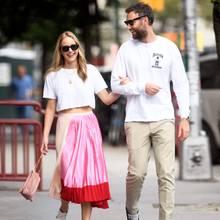 Jennifer Lawrence und ihr Verlobter Cooke Maroney spazieren total verliebt und super stylish durch New York. Sie trägt eine Sonnenbrille vonGarrett Leight und einen Rock von Marni zum schlichten weißen Shirt, er setzt ebenfalls auf ein weißes Oberteil und kombiniert dazu beigefarbene Chinos und Vans-Sneaker. Ob sich dieTurteltäubchen wohl abgesprochen haben?