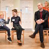 """9. September 2019  Prinz William ist zu Besuch bei der Stiftung """"The Fire Fighters Charity"""" in Devon. Während er dem Vortrag überdie gemeinnützige Organisation für Feuerwehrleute lauscht, sind seine kleinen Sitznachbarn zu Späßen aufgelegt."""