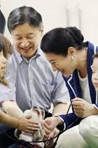 7. September 2019  Bei einem Besuch in einem Tierheim in Akita, Japan, schließen KaiserKaiser Naruhito und seine Frau Kaiserin Masako Freundschaft mit einem vierbeinigen Bewohner.