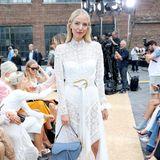 Leonie Hanne besucht in einem asymmetrischen Dress aus weißer Spitze die Show von Jonathan Simkhai.