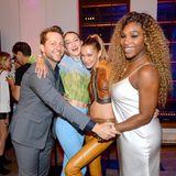 Vom Tennisplatz zur Fashion Week: Serena Williams feiert mit den Hadid-Schwestern und Derek Blasberg und tauscht dafür das Tennisoutfit gegen ein schickes Abendkleid.