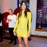 Sara Sampaio zieht in einem knappen Glitzerkleid in knalligem Gelb alle Blicke auf sich.