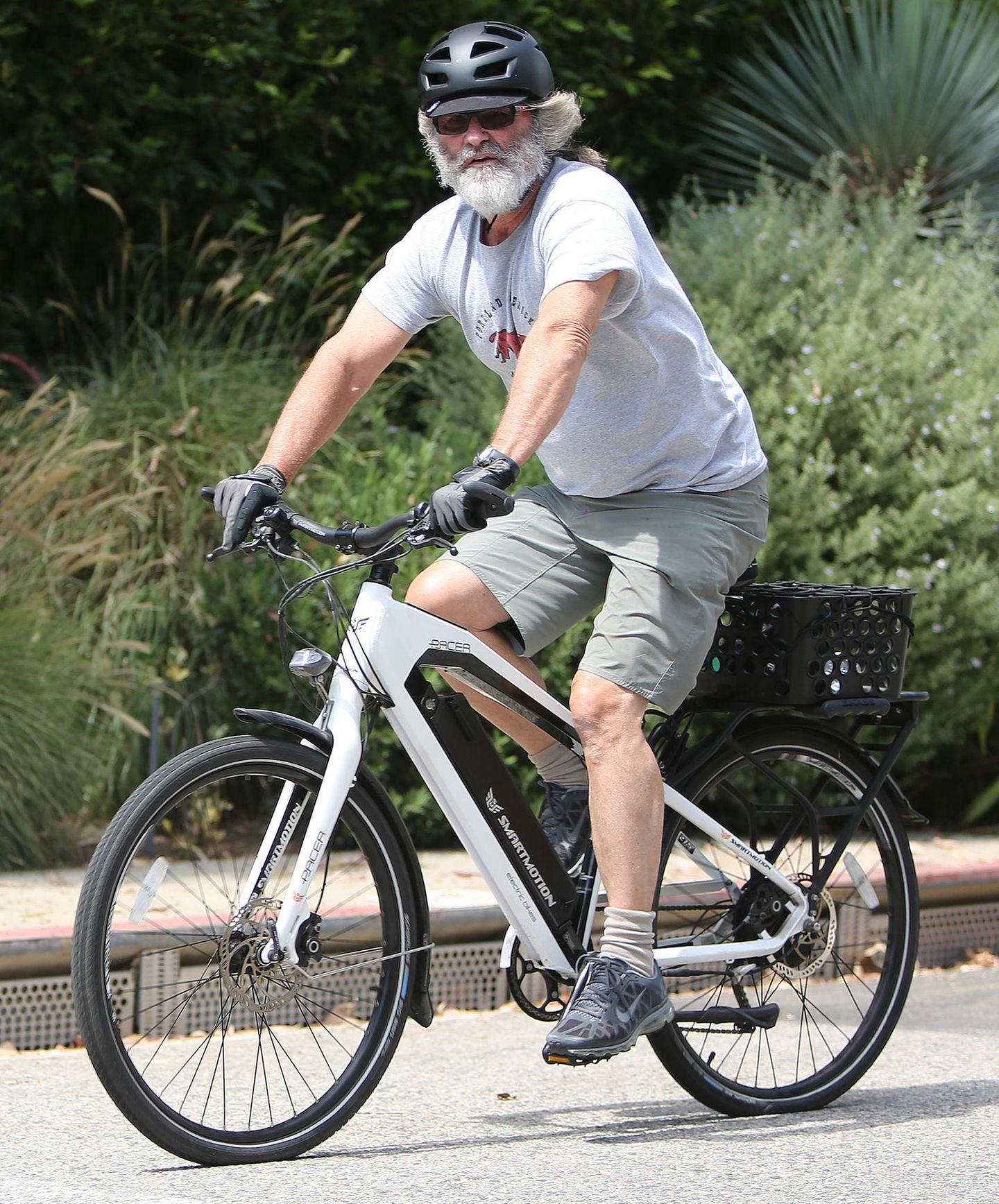 Hätten Sie ihn erkannt? Ausstaffiert undim Undercover-Lookfährt Schauspieler Kurt Russell mit dem E-Bike durch Los Angeles.