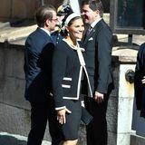 Traditionell erscheinen die royalen Gäste an diesem Tag in schwarz-weißer Kleidung.Die dunkle Kastenjacke mit hellenEinfassungen und Schleifenverschluss, die Victoria gewählt hat, trägt die schwedische Kronprinzessin bereits zur Parlamentseröffnung 2011, als sie mit Prinzessin Estelle schwanger ist. Auch als 2015 Prinz Oscar unterwegs ist, kommt die Jacke zum Einsatz.