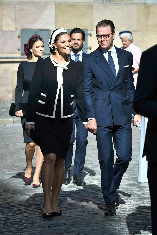 Prinzessin Victoria und Prinz Daniel sind - gefolgt von Prinzessin Sofia und Prinz Carl Philip - auf dem Weg in dieSchlosskirche Storkyrkan. Dort wird die Parlamentseröffnung mit einem feierlichen Gottesdienst eingeläutet.